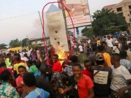 De frica Illuminati, mai mulţi congolezi au dat foc unui monolit misterios apărut în ţara lor