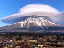 Un gigantic nor lenticular a fost văzut pe 1 februarie 2021 deasupra Muntelui Fuji din Japonia. Conspiraţioniştii spun că e vorba de un OZN extraterestru deghizat...