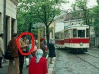 Tipul ăsta din Bucureştiul anului 1973 îşi butona smartphone-ul!?? Chiar într-acolo ne duc minţile noastre?